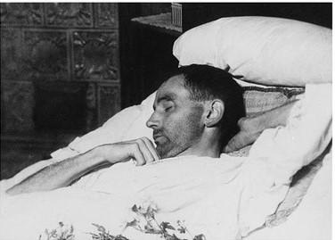 Egon Schiele sul letto di morte nel 1918, fotografato da una conoscente.