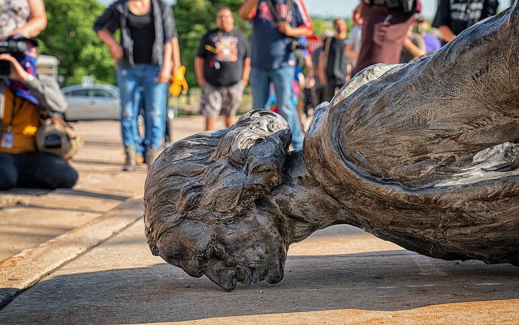 Dettaglio della Statua di Cristoforo Colombo spinta per terra a St. Paul in Minnesota