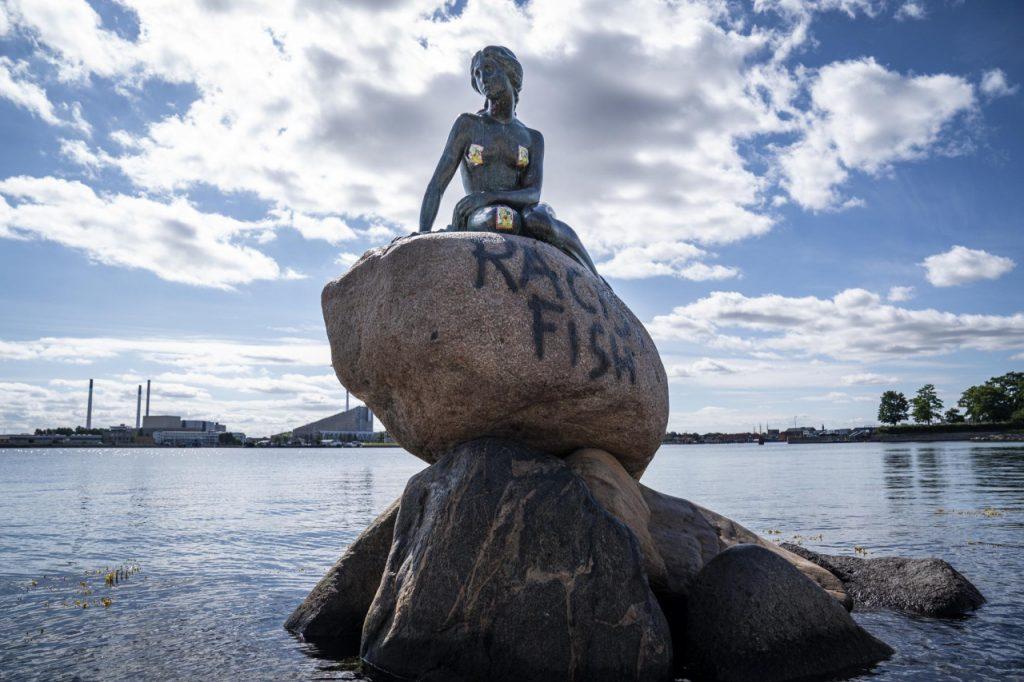 Statua della Sirenetta a Copenaghen, dopo la vandalizzazione